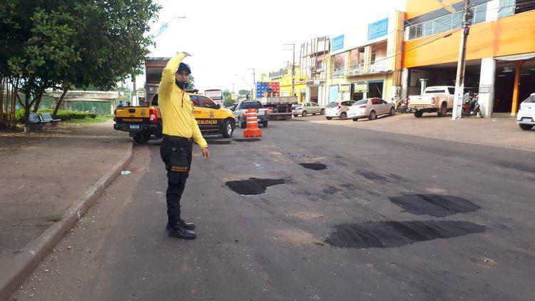 Agentes de trânsito realizam controle de tráfego durante Operação Tapa-buracos na BR-010
