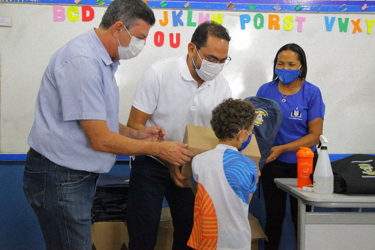 Prefeitura inicia distribuição dos kits de material escolar