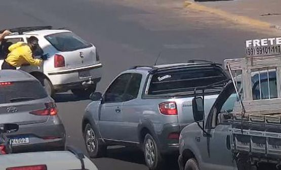 """Agentes de trânsito auxiliam motoristas com veículo em """"pane seca"""" no viaduto"""