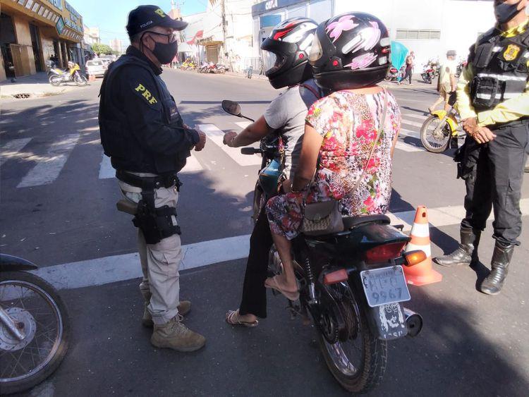 Agentes de trânsito e PRF realizam blitz educativa na Avenida Bernardo Sayão