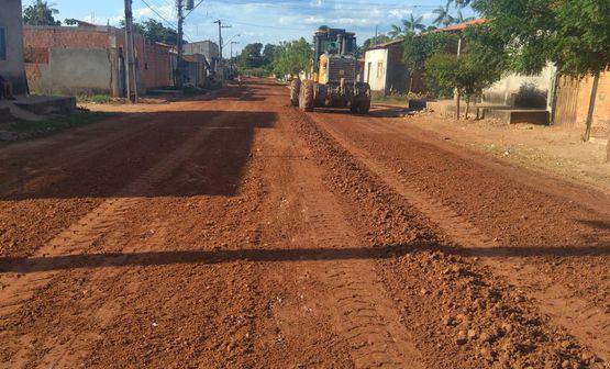 Rua Castro Alves recebe serviços de terraplenagens no Parque Alvorada II