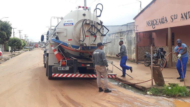 Caminhão hidrojato limpa e desobstrui bocas de lobo na Avenida Liberdade