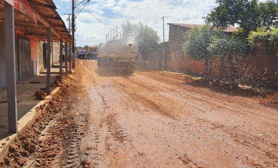 Diversos bairros recebem obras de terraplenagens e drenagens