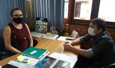 Titular da Semmarh, Rosa Arruda, durante visita do gestor ambiental de Buriticupu, Leonardo Lima.