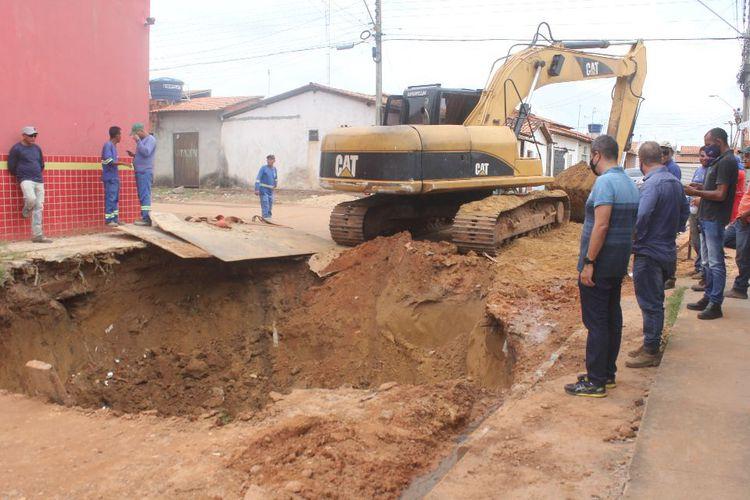 Vilinha recebe obras de drenagem profunda e terraplenagem