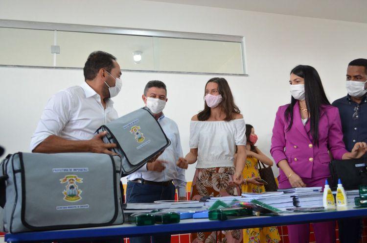 Prefeitura entrega kit escolar a alunos e professores