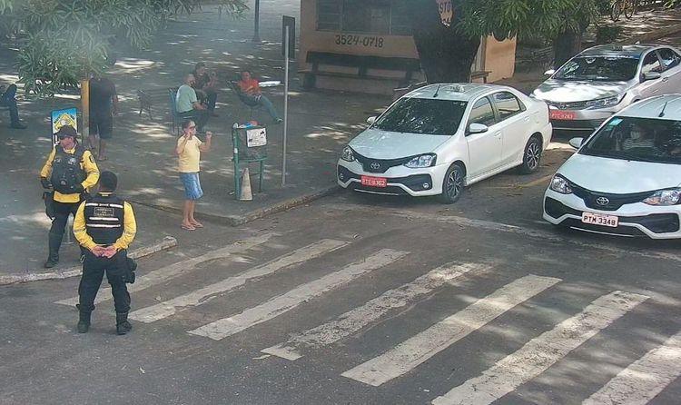 Agentes de trânsito auxiliam pedestres na travessia da faixa de segurança