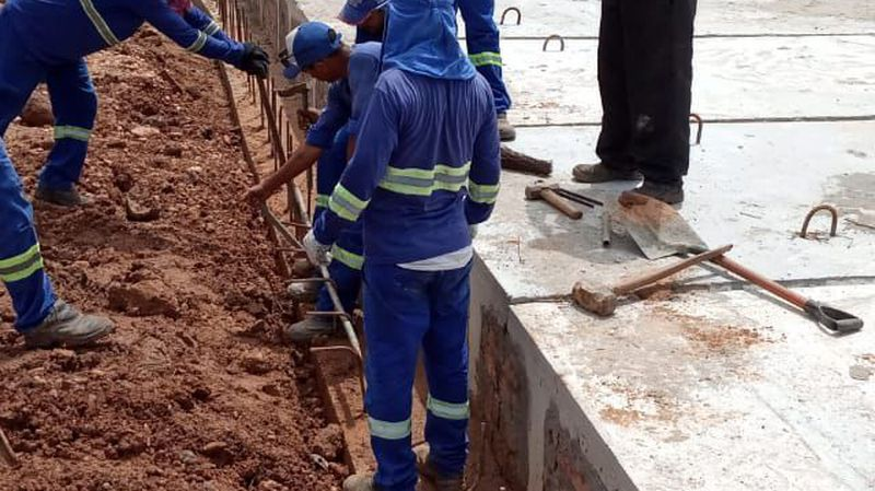 Preparando as ferragens na lateral da ponte para o radier, na rua Padre Cícero, bairro Santa Rita