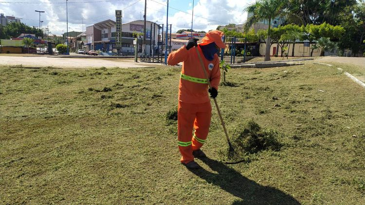 Prefeitura realiza limpeza urbana em diversos pontos da cidade