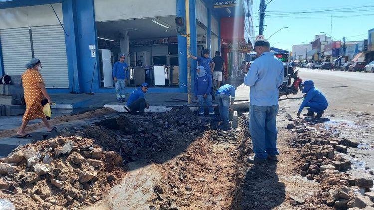 """""""Passagem molhada"""" é construída na Rua Pará no Centro"""