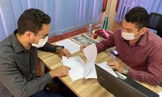 Secretários Alessandro Pereira (Seplu) e Jefferson Cardoso (Serf) analisam documento de áreas a serem demarcadas