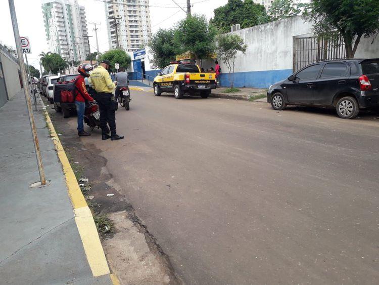 Agentes orientam motoristas que trafegam na contramão na Rua Sergipe