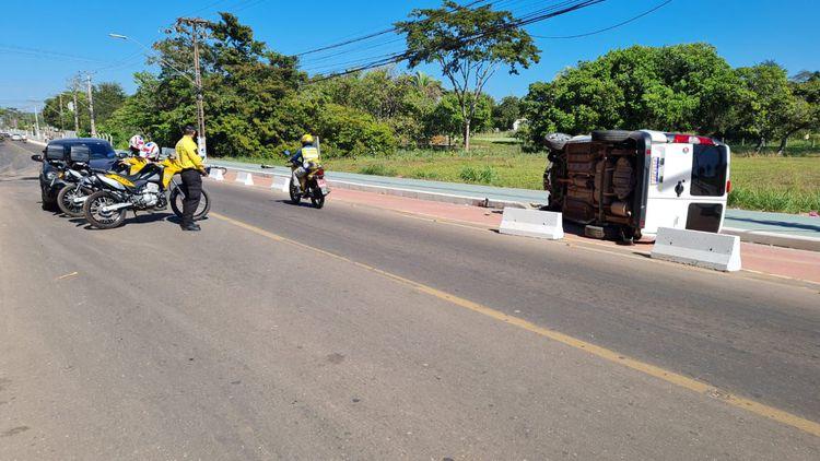 Agentes de trânsito atendem ocorrência de capotamento de veículo na Avenida Bernardo Sayão