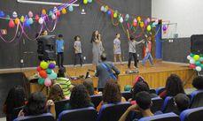 O coral infantil em sua apresentaão inicial no evento.