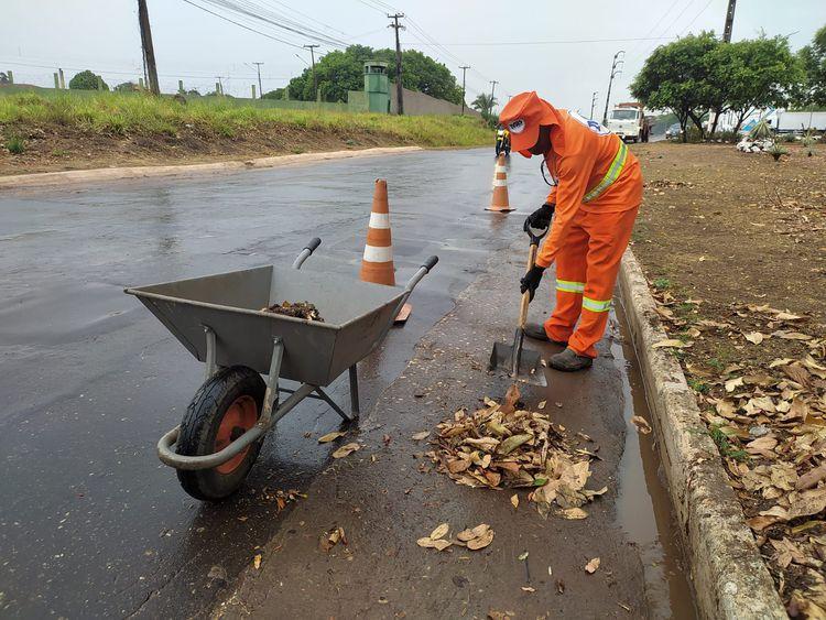 Prefeitura reforça roço e limpeza em áreas públicas