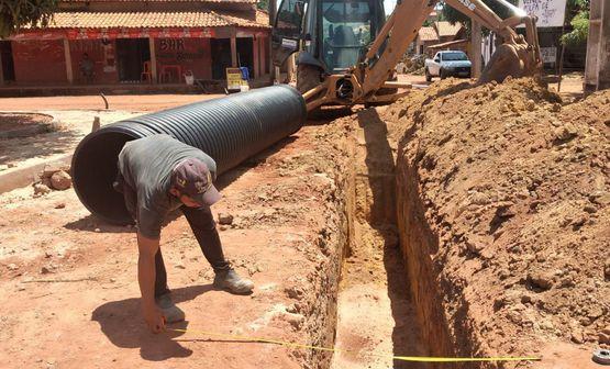 Drenagem profunda com tubos em PEAD agiliza construção de redes em ruas do povoado 1700