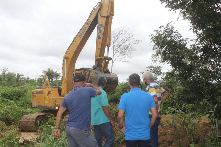 Prefeitura intensifica aprofundamento da calha do riacho Cacau no Parque Alvorada